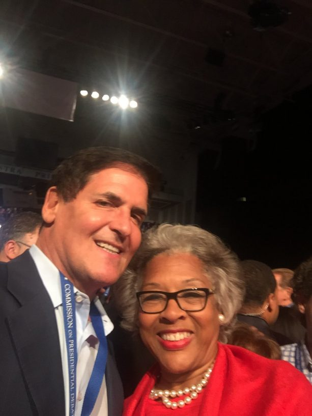 Reporter chasing down Mark Cuban at debate goes viral