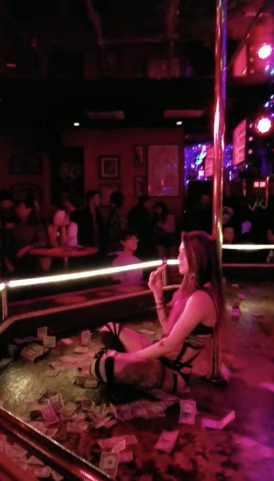 Stripper Gives Zero F*cks! Sits And Eats Pizza During Her Set