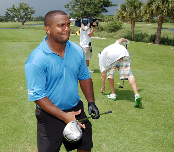 Alfonso Ribeiro GETS INTO a Putt-Off with His Swing Coach
